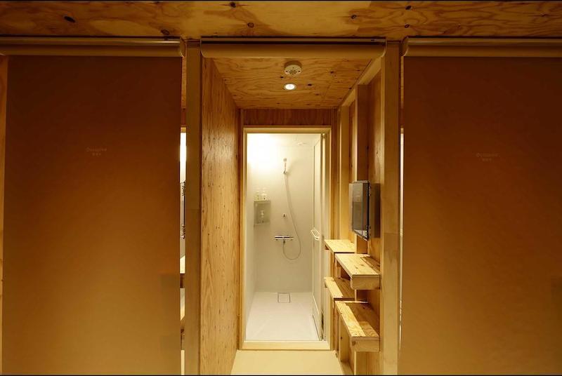 Cabine individual de um banheiro compartilhado de hotel cápsula no Japão | Foto: do-C Ebisu