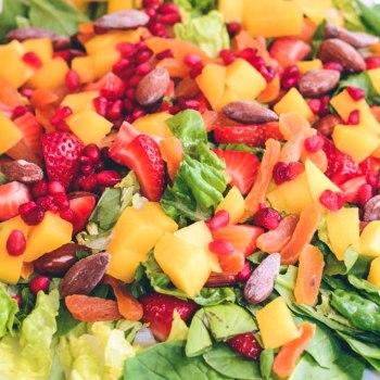 Farverrig salat med frugt og mandler