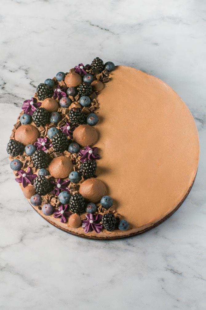 Chokolademoussekage med friske bær fra Bageglad