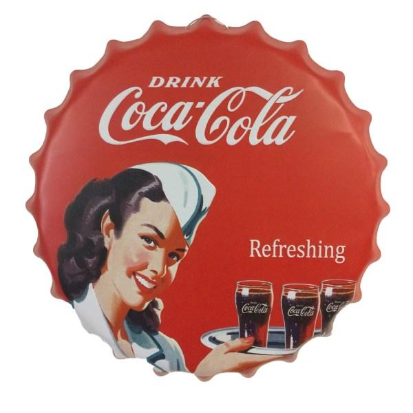 En plåtskylt jätte kapsyl med Coca Cola logo flicka 40 cm