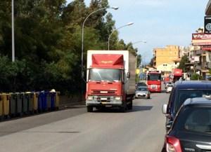 Via Filippo Buttitta: pericolo costante per i residenti. - Traffico caotico, tir a centinaia, minaccia per i bambini della elementare, strisce pedonali inesistenti