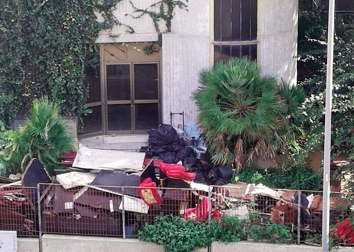 Ex Sicis: un complesso di mobili e rifiuti lasciati all'aperto