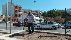 Ripulita una piazza ad Aspra da cittadini attivi