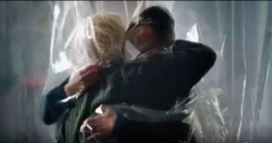 """Frame dello spot: """"La stanza degli abbracci2, realizzato dal regista Giuseppe Tornatore, per la campagna vaccinale anticovid"""
