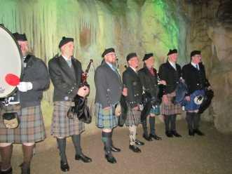 Die Band nimmt Aufstellung vor der Tropfsteinwand.