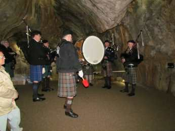 Dudelsackmusik in der Dechenhöhle. Die Akustik ist grandios.