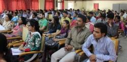 Des participants écoutant attentivement lors du séminaire.