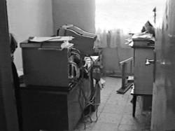 L'Institut bahá'í d'enseignement supérieur a été lancé en 1987 pour répondre aux besoins éducatifs des jeunes bahá'ís à qui avait systématiquement été refusé l'accès à l'enseignement supérieur par le gouvernement iranien. Les cours de l'IBES reposaient de façon importante sur les photocopies en grands nombres. En 1998, le gouvernement a confisqué plusieurs grands ensembles de photocopie – un revers important pour le fonctionnement de l'université.