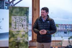 L'intendant de la région métropolitaine de Santiago, Claudio Orrego, visite la maison d'adoration, pour accepter un don de 2 000 arbres fait à la ville par la communauté bahá'íe.