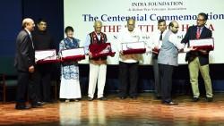 Certains des orateurs à la commémoration de la bataille de Haïfa, qui s'est tenue le 20 septembre 2017 à New Delhi. Naznene Rowhani, représentante de la communauté bahá'íe, se tient debout, troisième en partant de la gauche.