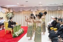 La princesse thaïlandaise Soamsawali assiste à un spectacle de danse lors d'une célébration du bicentenaire de la naissance de Bahá'u'lláh à Bangkok.
