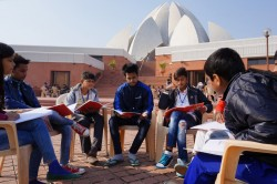 « Avoir un mouvement dynamique et florissant de jeunes gens dévoués au service de leurs communautés, dont beaucoup viennent des quartiers environnants, se réunir et apprendre ensemble, ici à l'ombre du temple, est quelque chose de très spécial », a déclaré Tabriz Alam, qui aide à la coordination des efforts éducatifs bahá'ís à New Delhi.