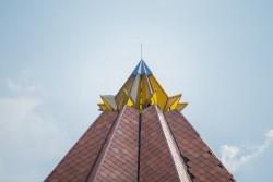 La structure jaune qui se trouve au sommet du toit de tuiles en terre cuite représente la fleur de cacao – un symbole emblématique dans le pays.