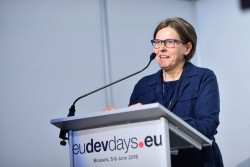Heidi Hautala, vice-présidente du Parlement européen, s'adressant au public lors de la session organisée par la CIB le 5 juin 2018. Crédit photo : EDD 2018