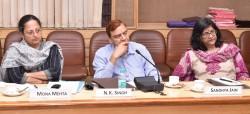 Écoutant attentivement les échanges, des intervenants à la table ronde (de gauche à droite) : Mme Mona Mehta, rédactrice en chef adjointe de The Speaking Tree ; M. N.K. Singh, ancien secrétaire général de Broadcast Editors' Association ; Mme Sandhya Jain, analyste politique et chercheuse indépendante.