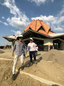 L'architecte du temple, Julian Gutierrez Chacón, visite le site de la maison d'adoration du Norte del Cauca pour évaluer les progrès de la construction.