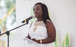 La maire Jenny Nair Gómez, de la ville voisine de Villa Rica, prenant la parole au cours de la réunion de dimanche, rappelant l'importance de la maison d'adoration comme un lieu ouvert à tous, indépendamment de leurs origines religieuses.