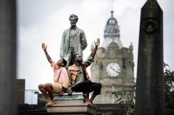À Édimbourg, en Écosse, deux membres de la troupe de « Henry Box Brown » posent devant une statue d'Abraham Lincoln, le président des États-Unis, qui a aboli l'esclavage.