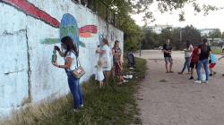 L'un des nouveaux films présente les efforts pour éduquer les jeunes générations. Dans cette scène, des personnes d'une communauté en Moldavie sont rassemblées pour participer à un projet de service.