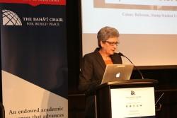 Hoda Mahmoudi, l'actuelle titulaire de la chaire bahá'íe pour la paix mondiale de l'université du Maryland, College Park