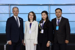 (De gauche à droite) Joshua Lincoln, secrétaire général de la Communauté internationale bahá'íe; Lyazzat Yangaliyeva, représentante de la communauté bahá'íe du Kazakhstan; Guldara Assylbekova du Centre international des cultures et des religions; et Serik Tokbolat, représentant également la communauté bahá'íe du Kazakhstan.
