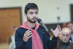 Les causeries et les panels de discussion de la conférence ont été suivis des questions des participants. Ici, un étudiant posant une question à l'un des orateurs.