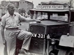 St. Barbe devant son véhicule lors de son expédition « the Green Front Against the Desert » en 1952. (Source : Bibliothèque de l'université de la Saskatchewan, Archives et collections spéciales de l'université, Fonds Richard St. Barbe Baker)