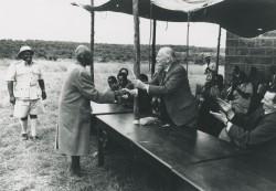 Tourné vers la gauche, St Barbe serre la main d'un ami lors d'une réunion des fondateurs de Men of the Trees dans les années 1950. Men of the Trees a été fondé en 1924 après le travail de St Barbe au Kenya.