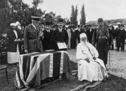 Lors d'une cérémonie qui s'est tenue le 27 avril 1920, la monarchie britannique a rendu hommage à Abdu'l-Bahá pour avoir soulagé la détresse et la famine pendant la Première Guerre mondiale, lui conférant le titre de chevalier.