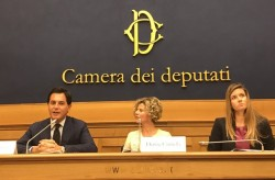 (De gauche à droite) Les députés Nuccio Altieri, Denise Cumella de la communauté bahá'íe italienne, et Annagrazia Calabria, membre du Parlement, s'adressant au parlement italien lors d'une conférence de presse sur le bicentenaire de la naissance de Bahá'u'lláh en octobre 2017.