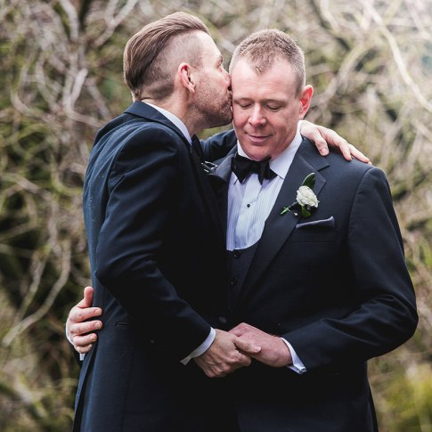 groom kiss