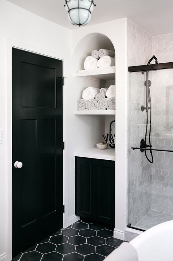 black and white bathroom with built in, rounded top shelving