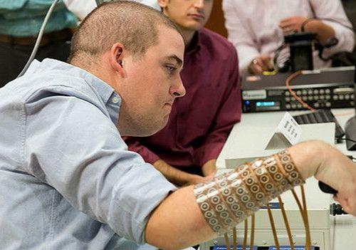 El chip que permite a un hombre tetrapléjico tocar guitarra