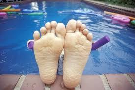 ¿Por qué  los dedos se arrugan cuando pasan mucho tiempo en el agua?