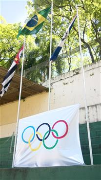 Hasteamento das bandeiras na XLI Olimpiada do Instituto Bairral