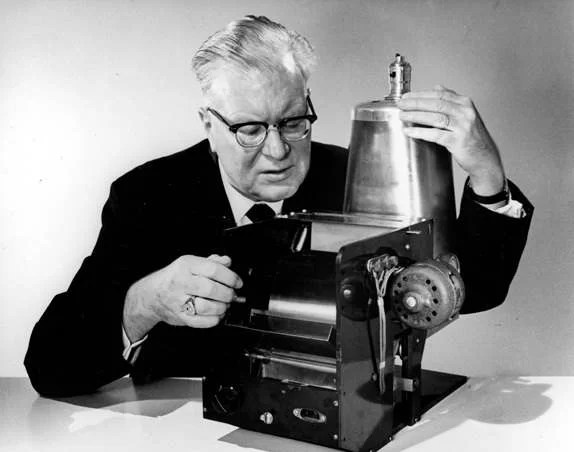 Chester Carlson e o  protótipo da primeira máquina copiadora inventada por ele. Imagem:  Xerox