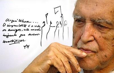 """Oscar Niemeyer en su estudio. Traducción del texto de la fotografía: """"Arquitectura… Lo importante es la vida, los amigos, este mundo injusto que debemos modificar."""""""