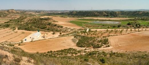 Panorámica desde el cabezo de El Vado o Monleón hacia oriente. De izquierda a derecha: elevaciones de la margen derecha del Guadalope, la vega del río inmediata a Miraflores y la pequeña meseta de la Plana Cabrera.