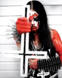 Sangre, pinchos y cruces invertidas... lo típico