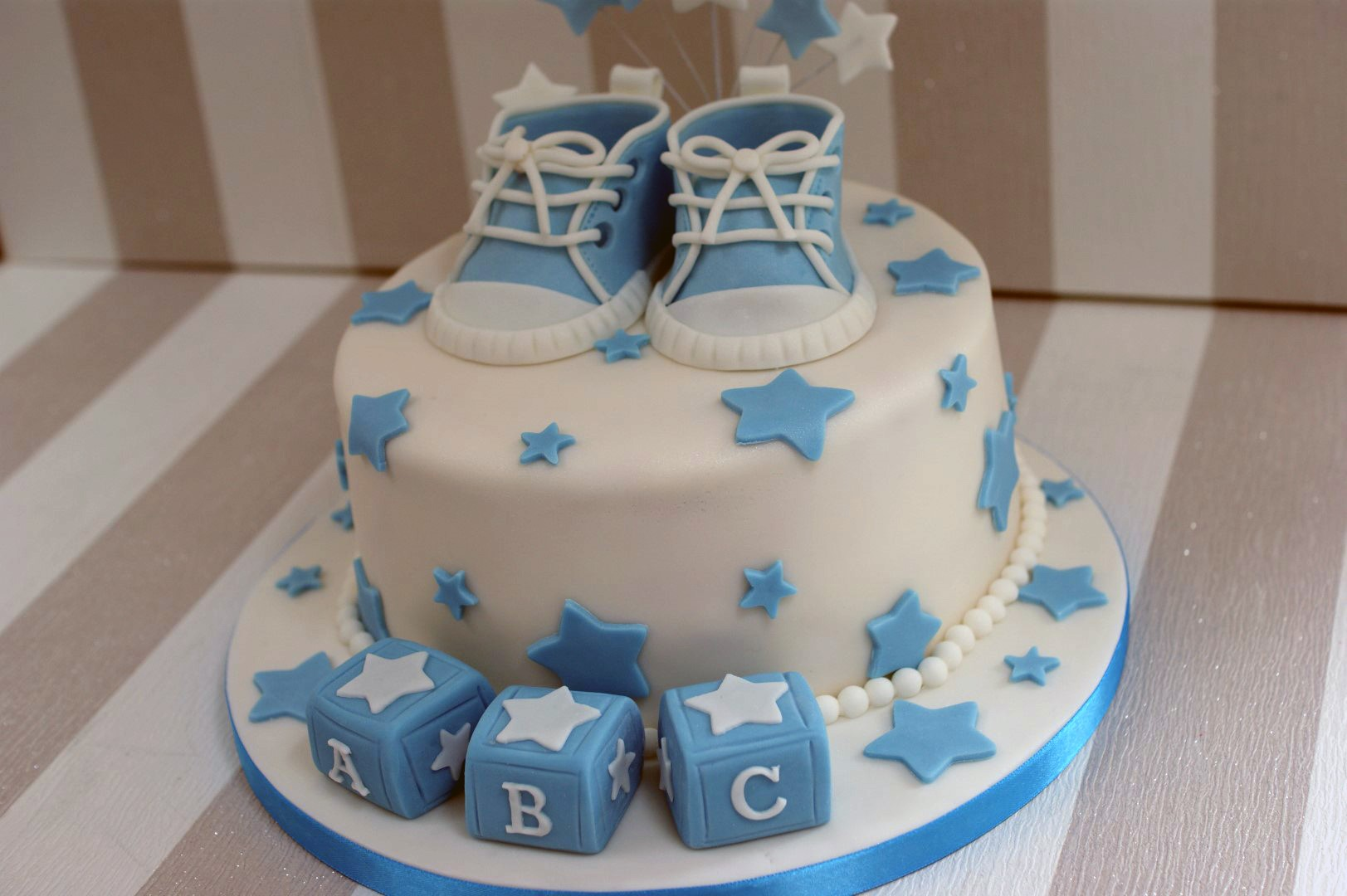 Boy S Baby Shower Cake With Cupcakes