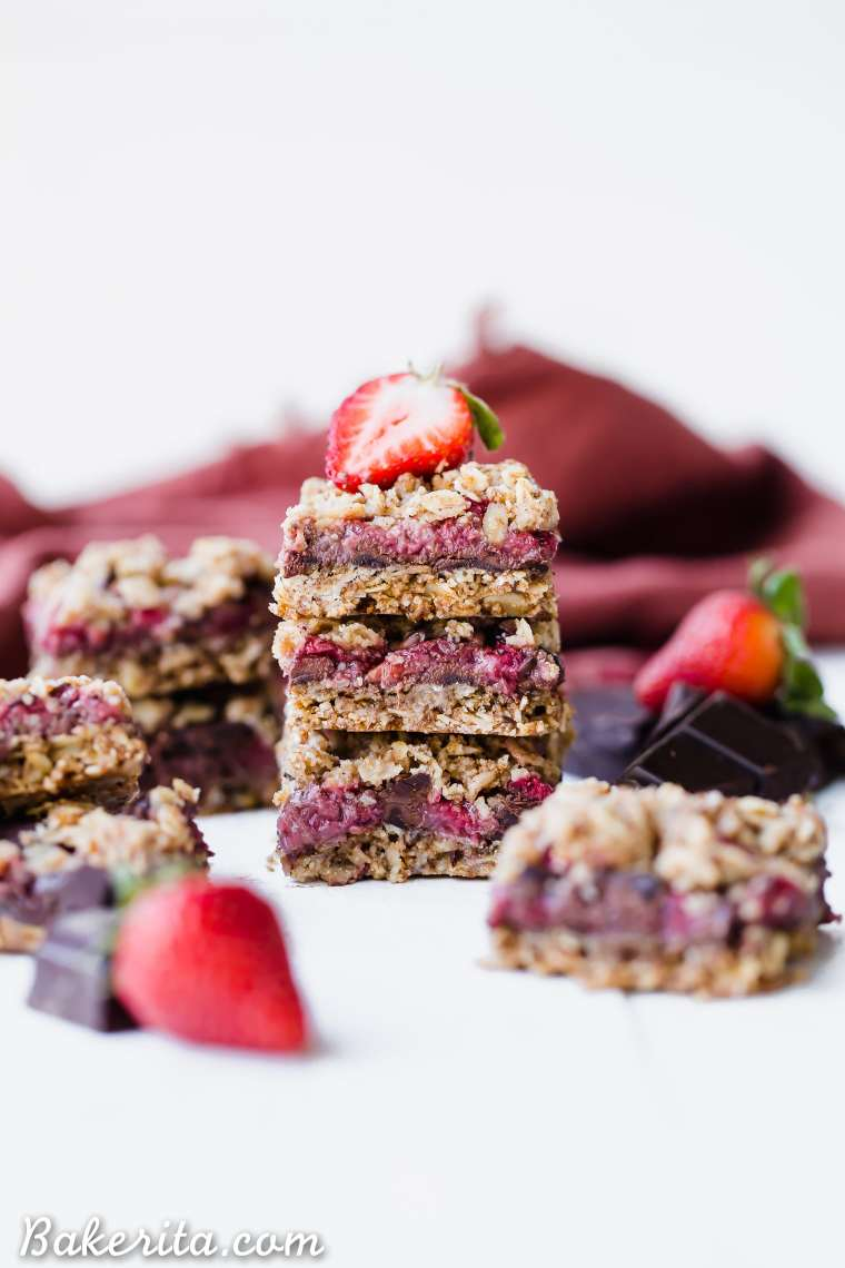 These Strawberry Chocolate ChunkOatmeal Bars have an oatmeal cookie crust and crumble, filled with fresh strawberries and dark chocolate chunks - it makes for an irresistibly delicious treat! These oatmeal bars are gluten-free, refined sugar-free, and vegan.