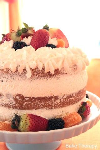Torta alla vaniglia con panna e frutta