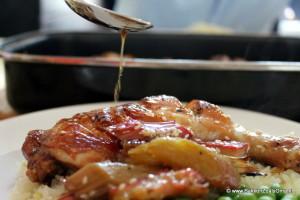 Recept Kip met rabarber, kip met rabarber en lepel waar vanaf saus op de kip valt