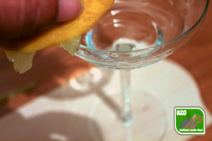 Recept Lemon Drop, rand van cocktailglas natmaken met citroen