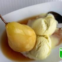 Gestoofde peertjes met stroop en vanille ijs