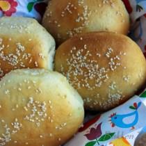 Zelfgebakken hamburgerbroodjes met sesamzaadjes