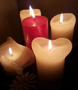 Advent, adventskaarsen, vijf kaarsen, vier witte kaarsen en een rode kaars
