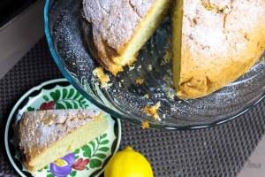Madeira Cake op een standaard met taartpunt op schotel