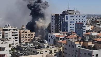 صورة الطيران الحربي الإسرائيلي يُدمِّر برج الجلاء في غزة بشكلٍ كامل