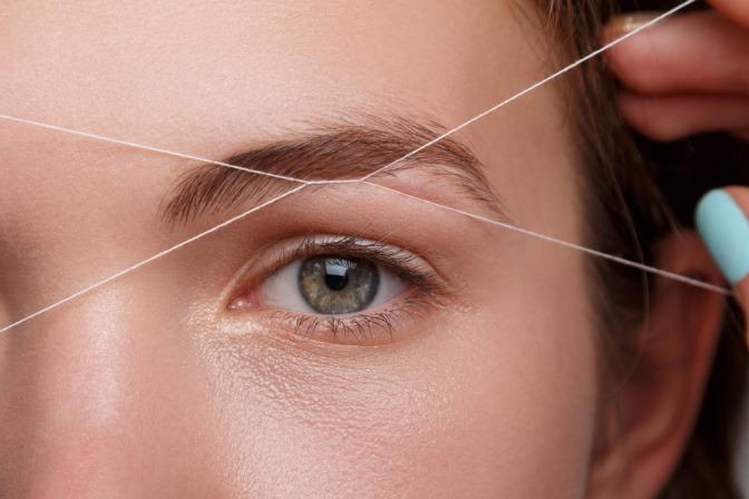 Wie funktioniert Augenbrauen zupfen mit Faden